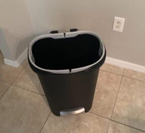 Rubbermaid 2007867 garbage bin with plastic liner